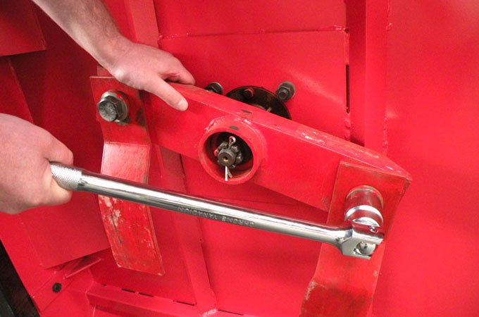 Retighten all bolts when replacing bolts and blades.