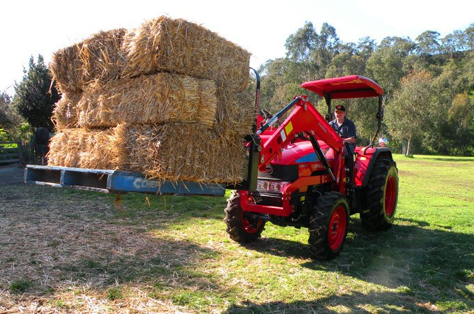 Stack palleted bales with the APOLLO pallet fork.