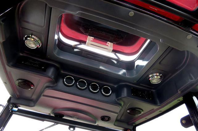 A sunroof in the APOLLO 554 cabin provides excellent temperature control while you're working.